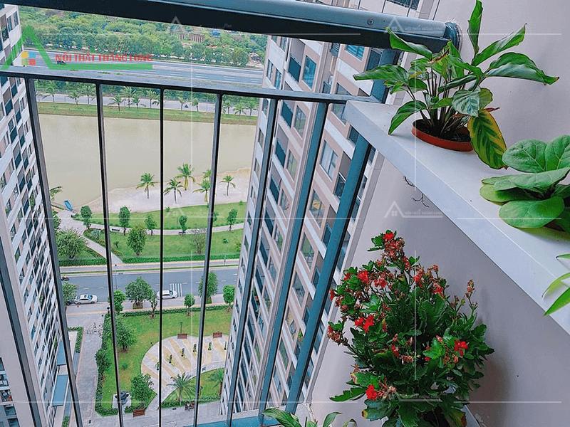 Ban công căn hộ chung cư với chiếc kệ để cây cảnh