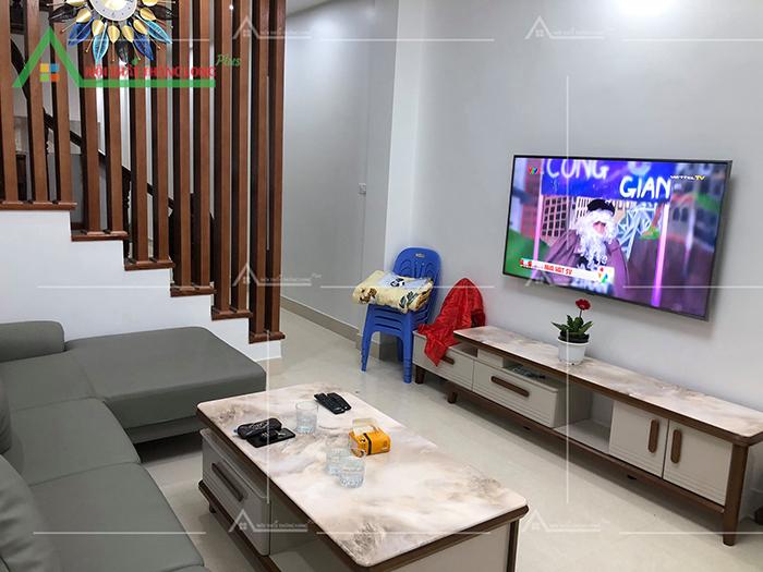 Kệ tivi treo tường có ngăn kéo tiện lợi khi để đồ