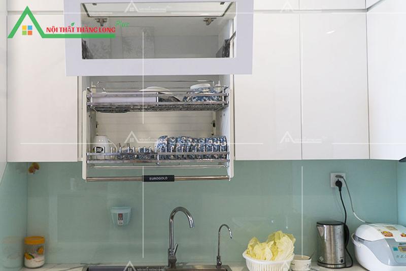 Kệ tủ nhiều ngăn nên có thể để được nhiều đồ dùng nấu nướng